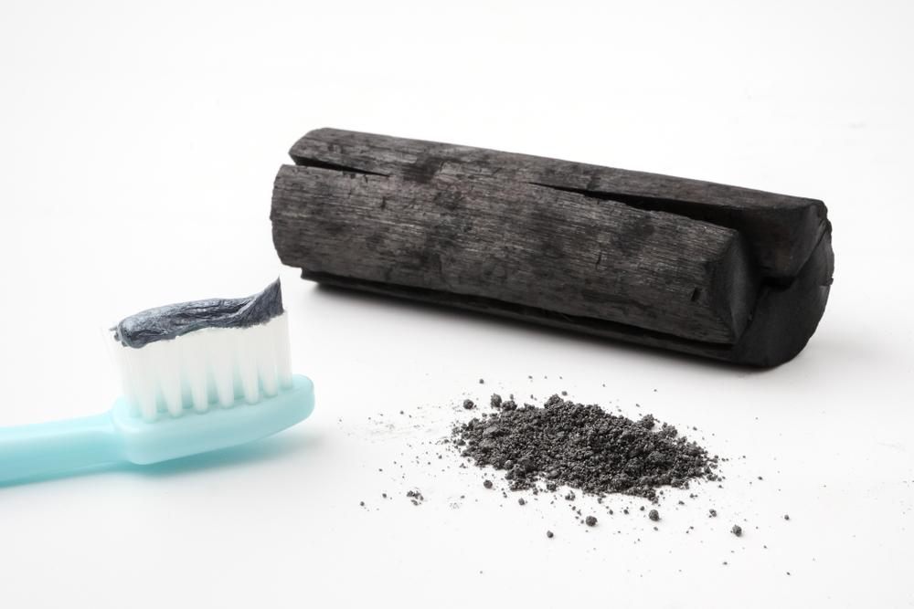 Отбеливание зубов активированным углем: преимущества и эффективность